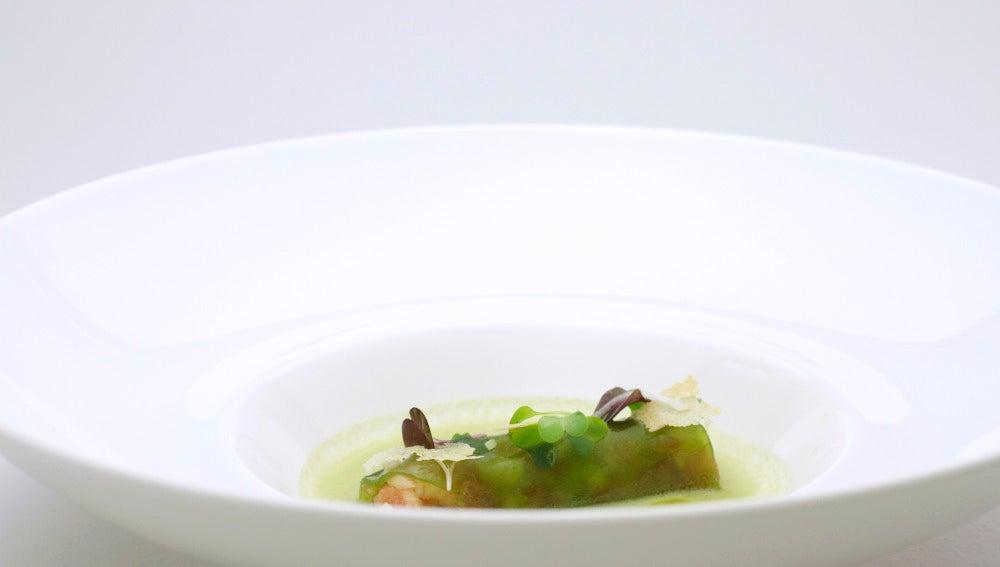 Sobre un jugo de ensalada, un canelón de lechuga con tartar de tomate y piñones