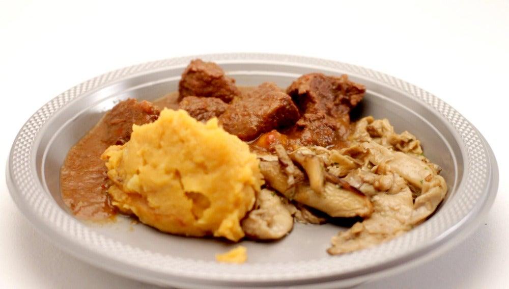 Caldereta de ternera con patata revolcona y setas al ajillo