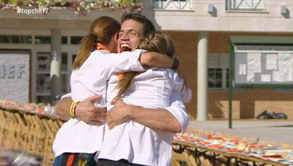 Miguel Cobo abraza a Bárbara y Begoña
