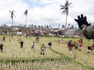 Filipinos corren para recoger la ayuda