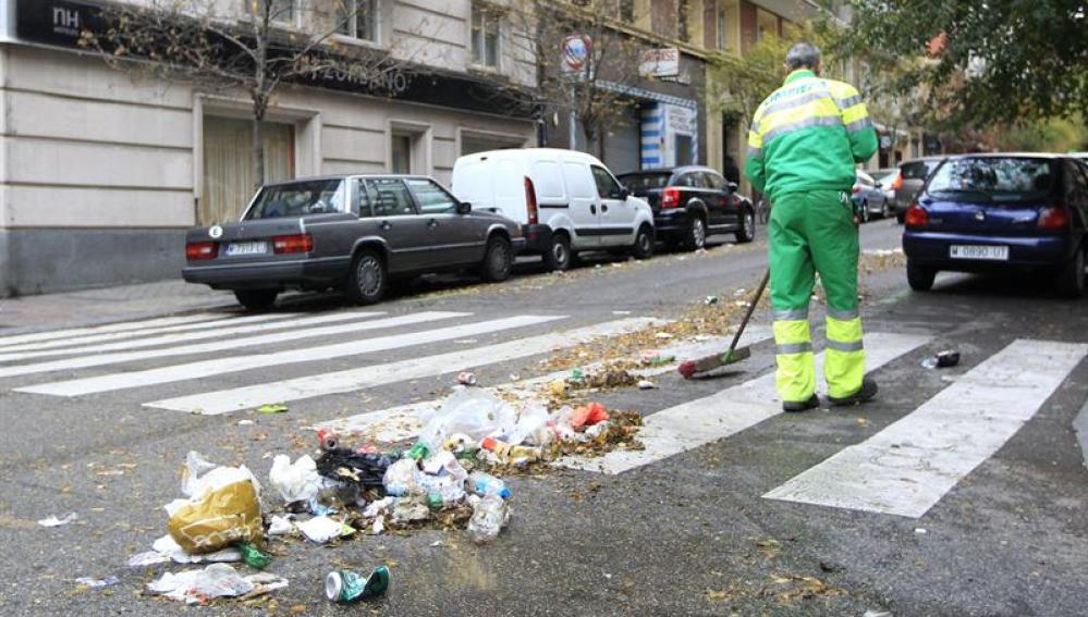 Imagen de un barrendero en las calles de Madrid