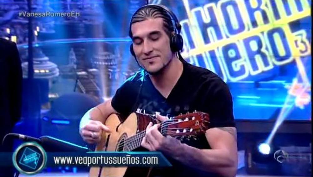 Pinto tocando la guitarra en El Hormiguero 3.0