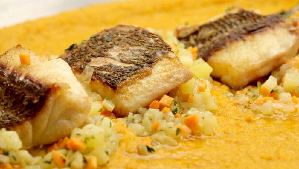 Besugo con ensalada de hinojo y salsa marina