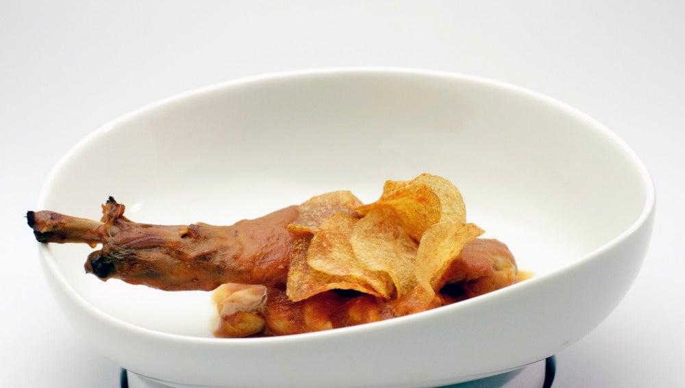 Paletilla de conejo con tomate, pimentón y chips de patata