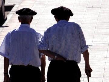 Dos jubilados dan un paseo