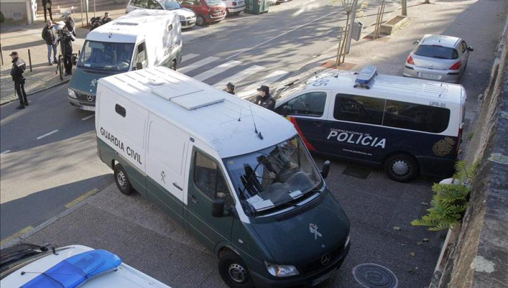 Furgón en el que han legado Alfonso Basterra y Rosario Porto a los juzgados