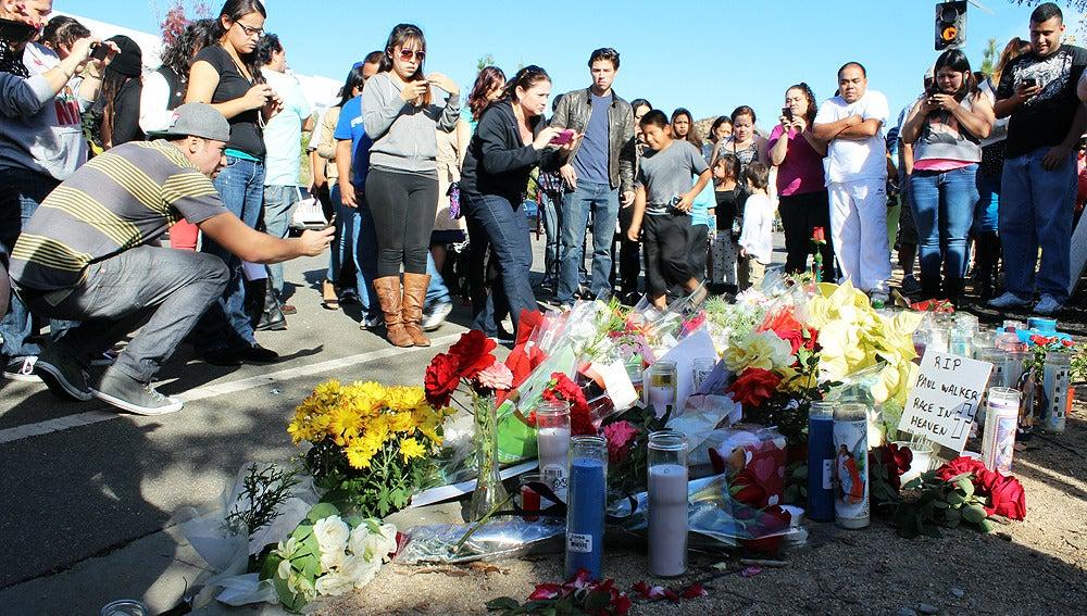 Cientos de fans se reúnen en el lugar del accidente