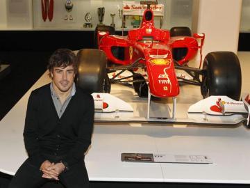 Fernando Alonso posa en su exposición en Madrid.