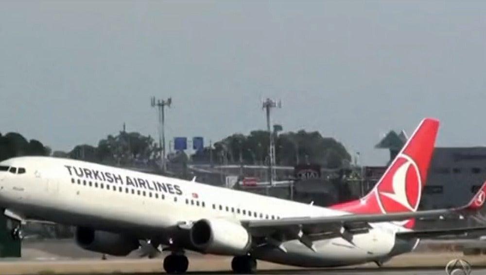 La cola del avión toca en el suelo