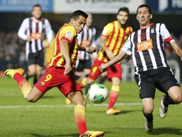 Alexis  dispara a puerta ante Mariano Sánchez