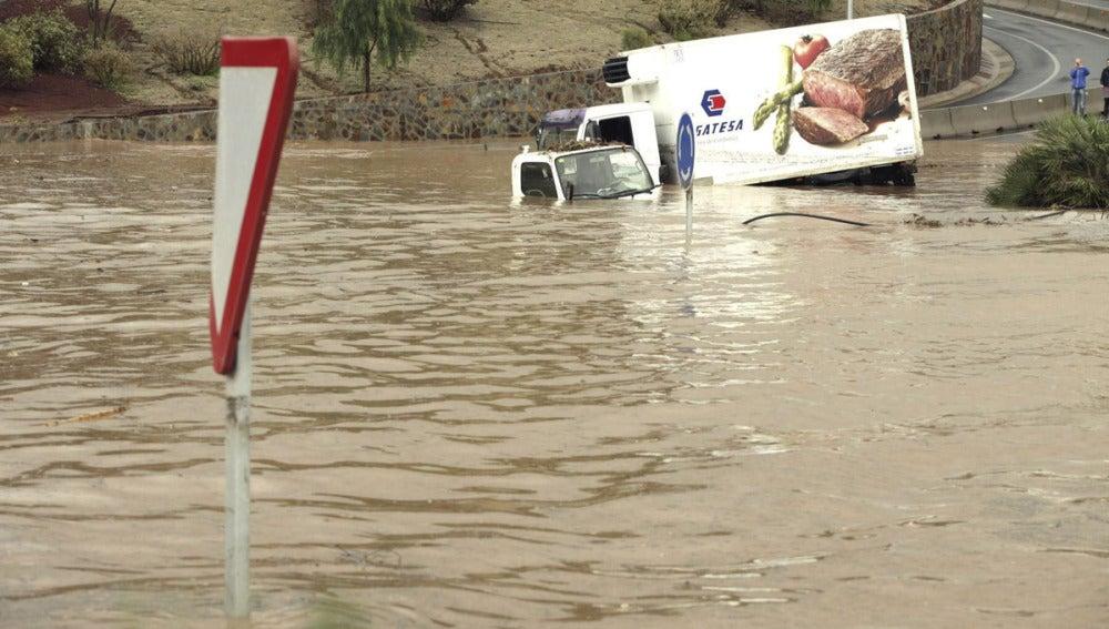 Coches atrapados en las inundaciones