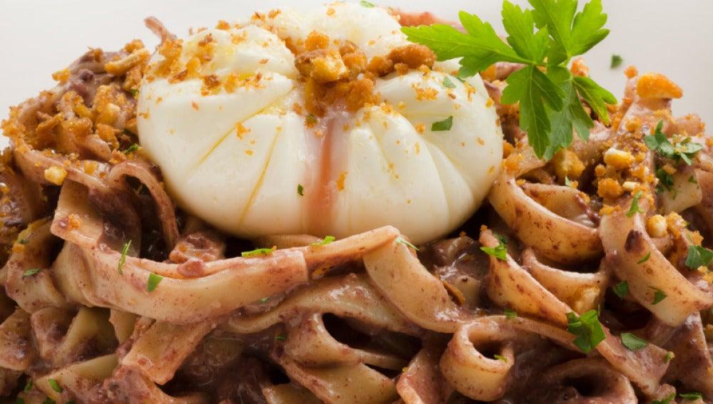 Pasta con morcilla, salsa de maíz y huevo escalfado