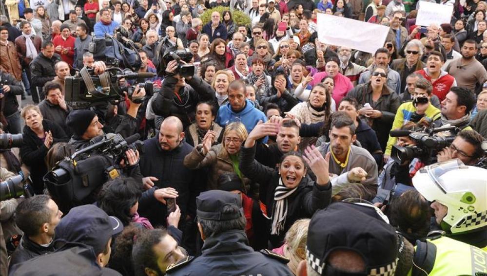 Concentración convocada en Alcalá de Guadaíra, en protesta por la muerte de la familia