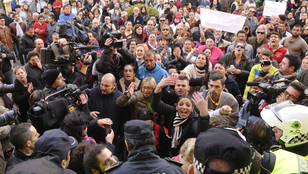 El portavoz de la familia fallecida en Sevilla niega que recogieran alimentos de la basura