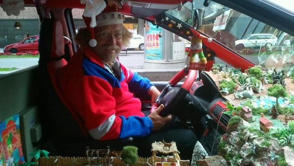 Un taxista canario se disfraza de Papa Noel y convierte su taxi en un Belén