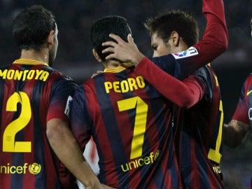 Los jugadores del FC Barcelona felicitan a pedro por su gol