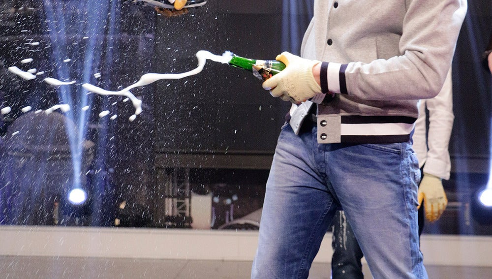 Iker abriendo una botella de champán