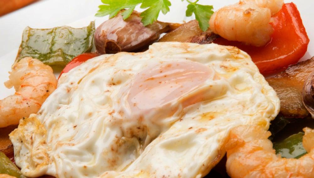 patatas, langostinos y huevo frito