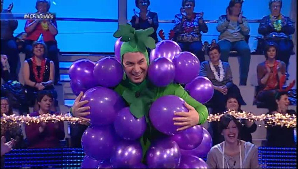 Arturo Valls vestido de racimo de uva
