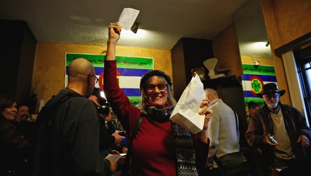 Una mujer celebra la compra de marihuana