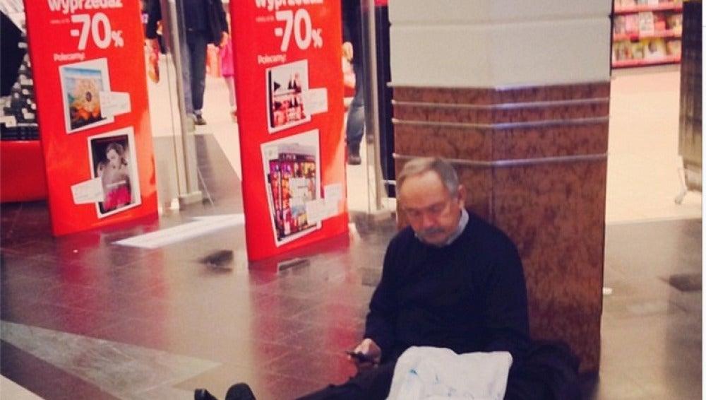 Un hombre cansado de esperar en el centro comercial