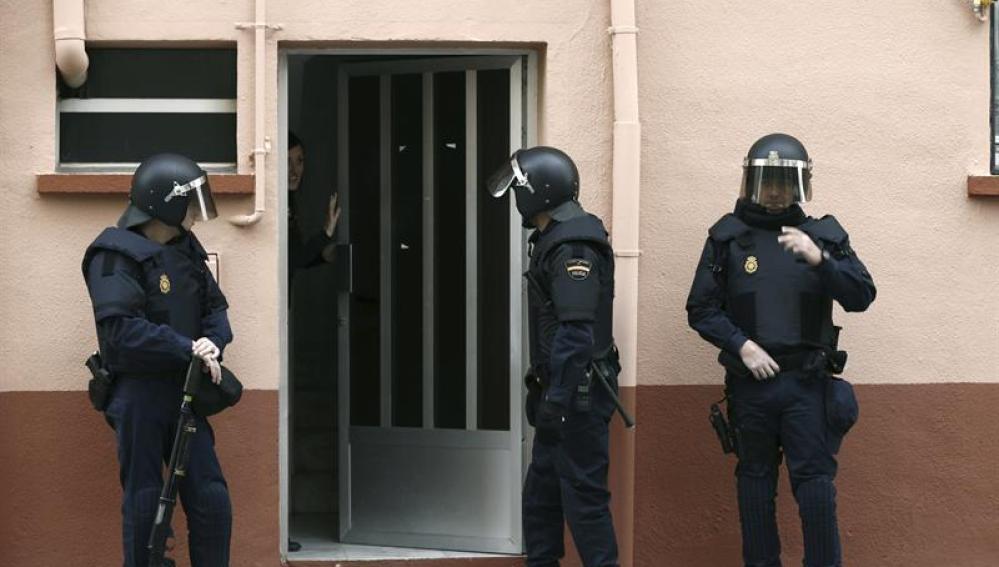Agentes de la Policía Nacional durante el registro