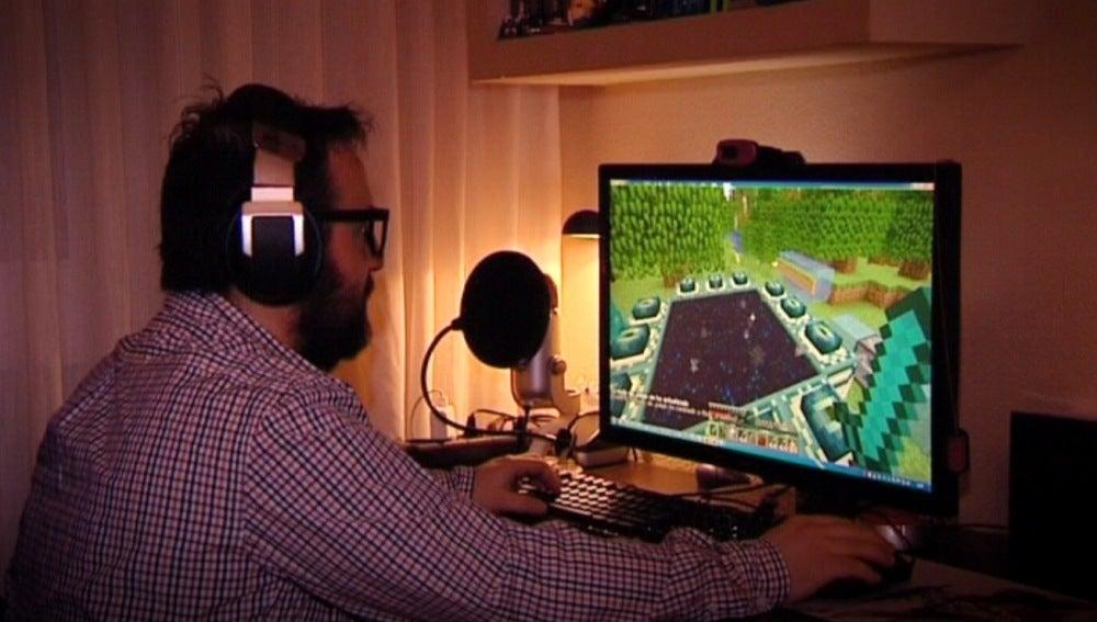 Un Youtuber frente a su ordenador