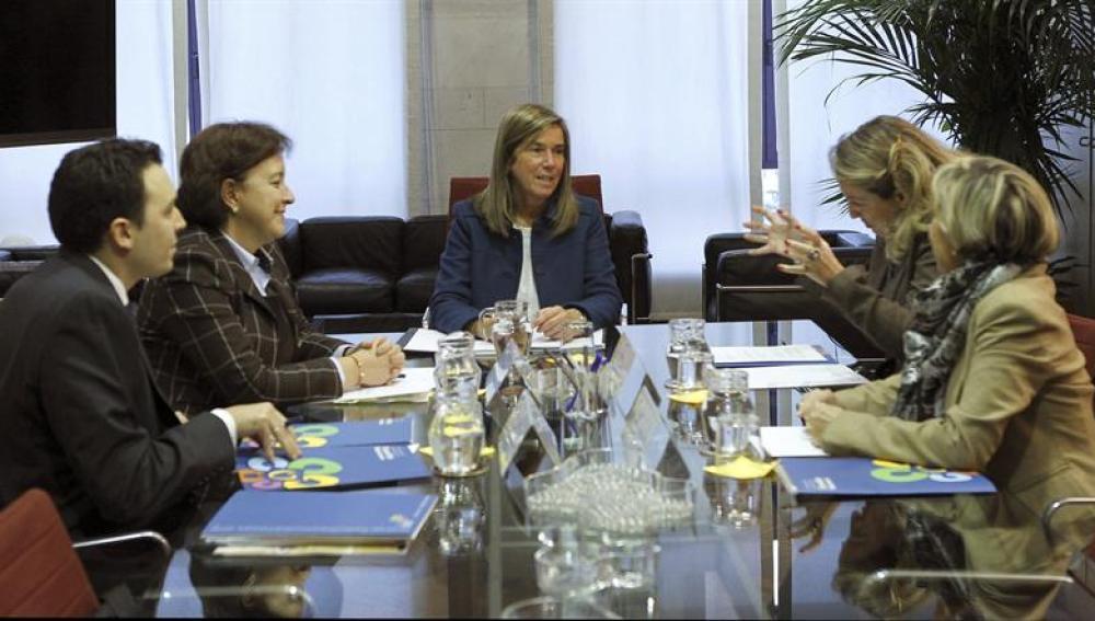 Ana Mato en una reunión con sus asesores