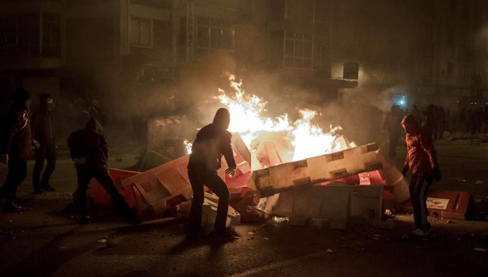 Contenedores ardiendo durante la protesta