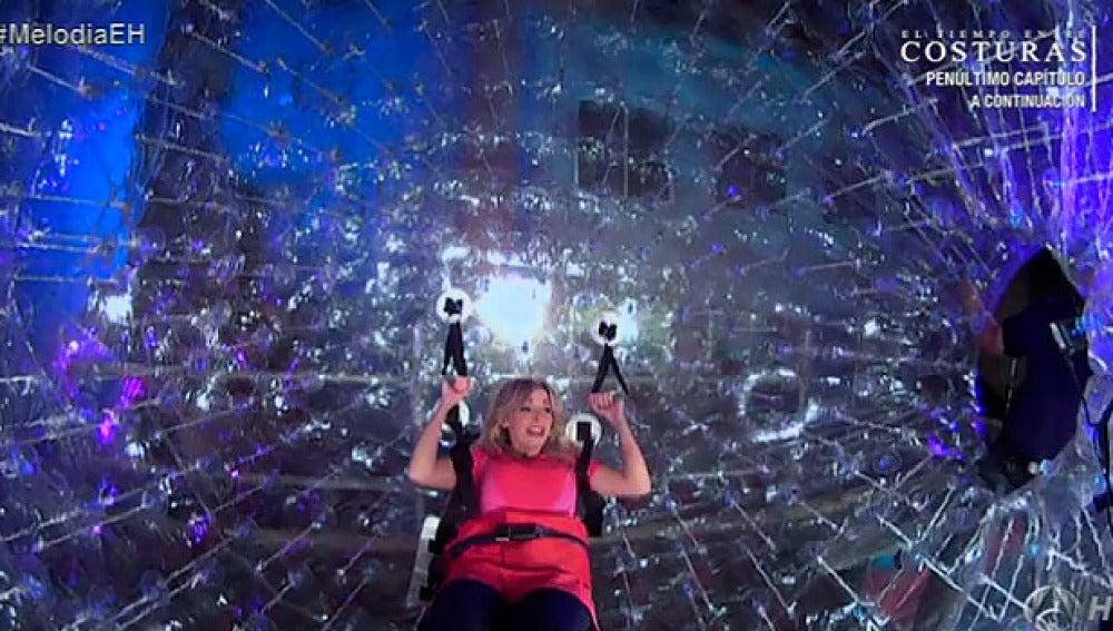 Anna Simon dentro de la bola gigante