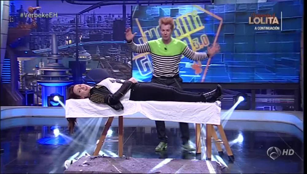 Natalia Verbeke flotando en el aire