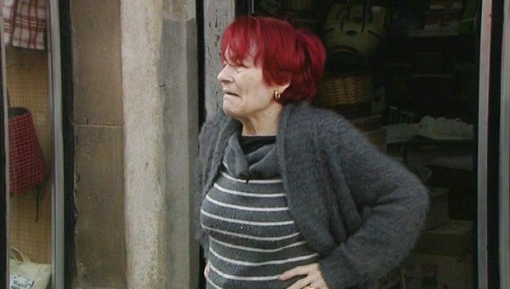 Mujer en su barrio de Barcelona