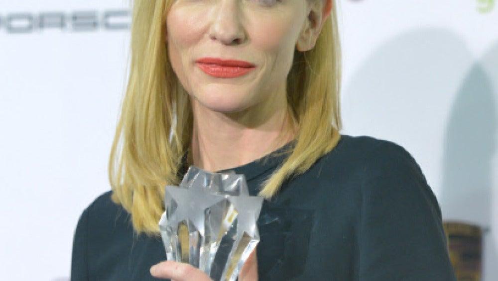 Cate Blanchett con su premio a Mejor Actriz