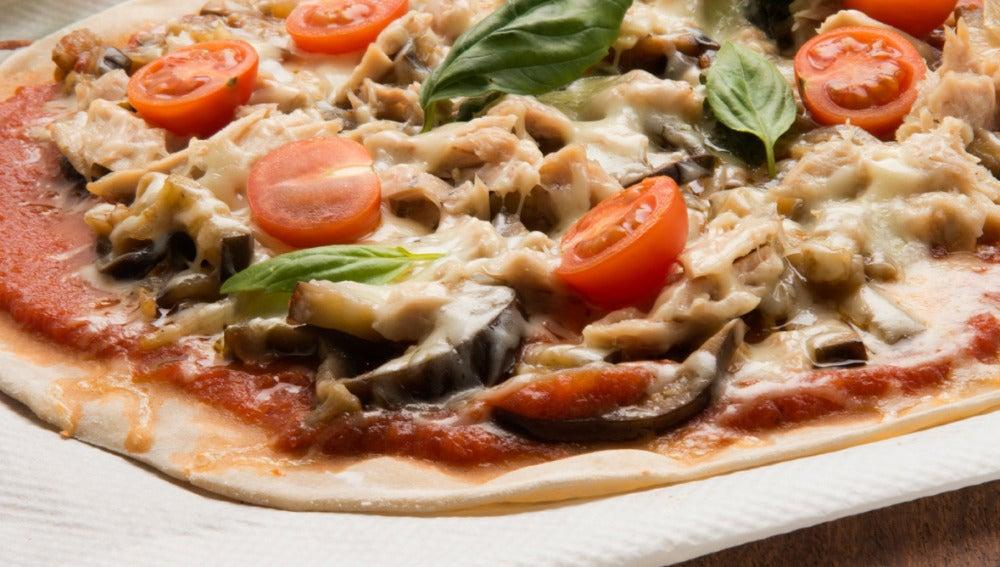 Pizza de bonito, berenjena y cebolleta