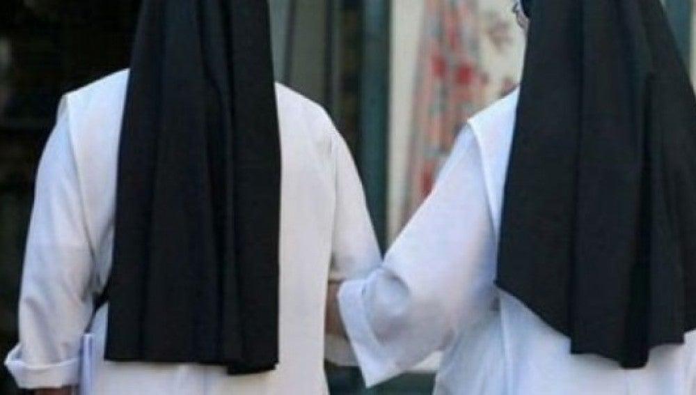 Dos religiosas de espaldas