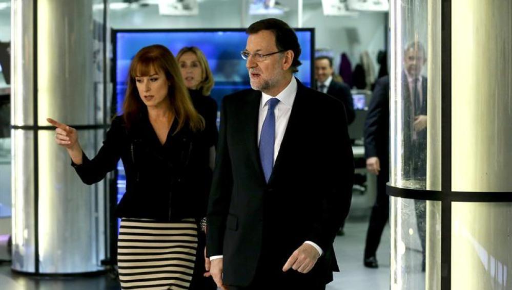Gloria Lomana conduce a Mariano Rajoy por el plató de Noticias