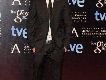 Patrick Criado con traje y gran sonrisa por su nominación por 'La gran familia española'