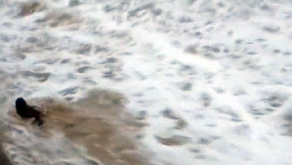 una ola arrastra a una bañista en Santander