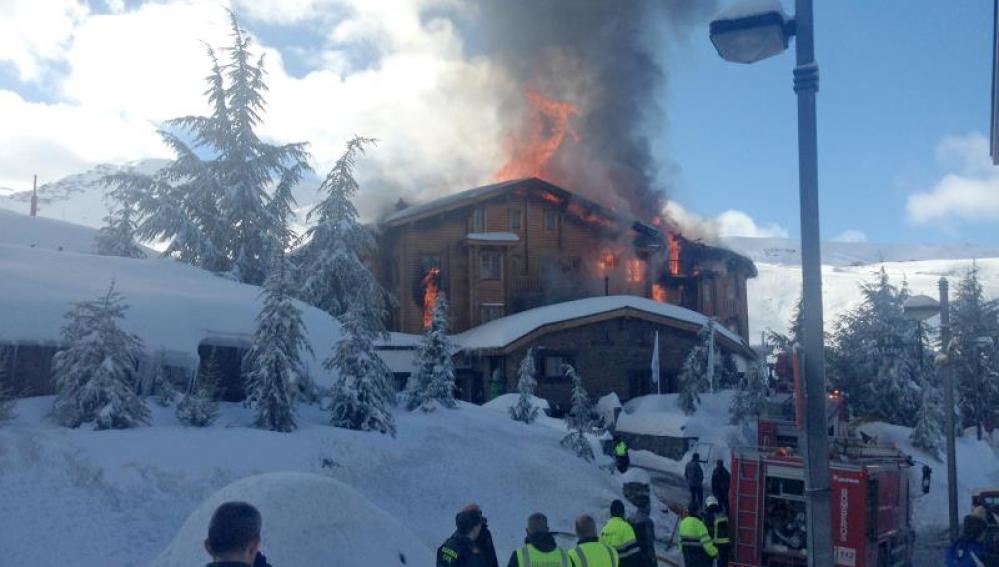 """Un hotel en Sierra Nevada queda """"totalmente destruido"""" por un incendio"""