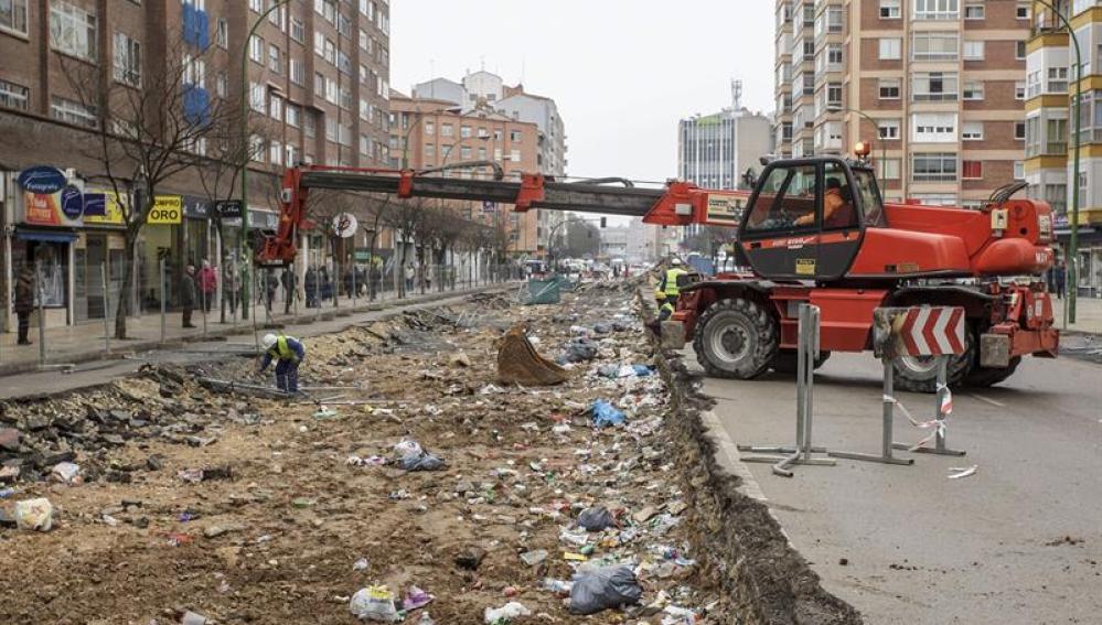 Comienzan a quitar escombros de la calle Vitoria en el barrio de Gamonal de Burgos