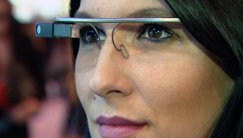 Una mujer usa las google glass