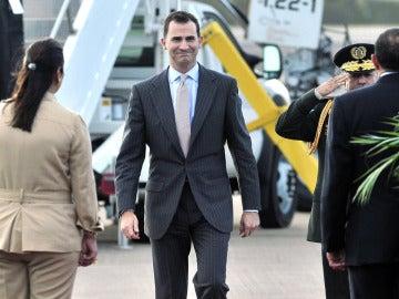 El príncipe Felipe, tras bajar de un avión de la Fuerza Aérea
