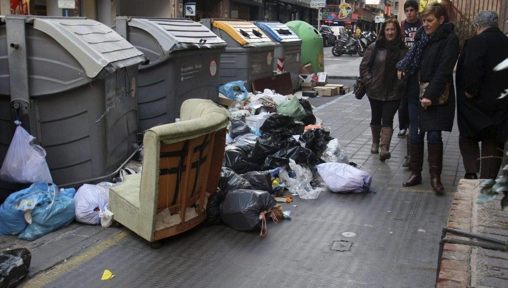 Residuos esparcidos por una calle de Alicante