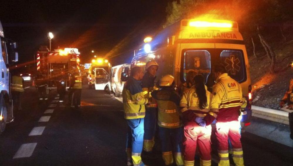 Una ambulancia atiende un siniestro en la carretera