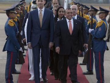 El príncipe Felipe acompañado por el presidente hondureño saliente, Porfirio Lobo