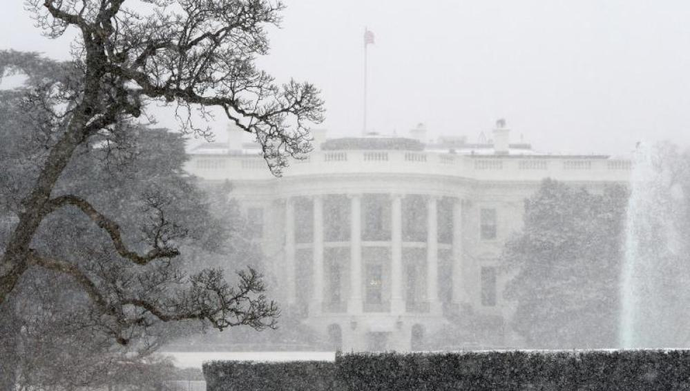 Vista de la Casa Blanca durante una tormenta de nieve