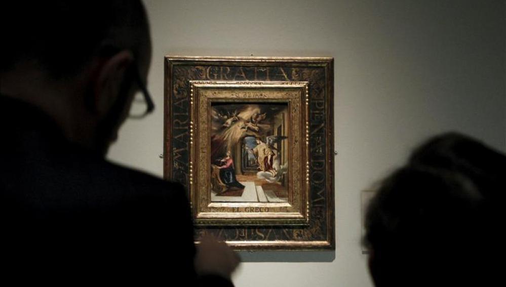 """Dos personas contemplan """"La Anunciación"""", de El Greco."""