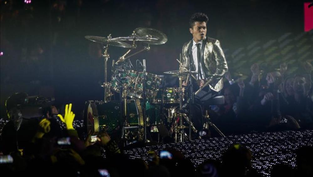 Bruno Mars en plena actuación en la Super Bowl.