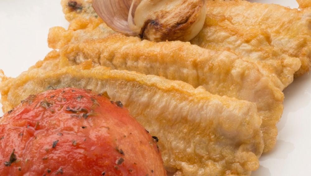 Chicharro rebozado con tomates asados
