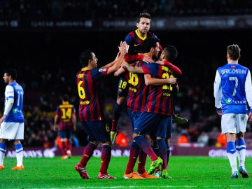 Busquets es felicitado tras marcar el 1-0